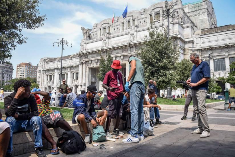 """Milano, 6mila migranti. Nel 2017 in Lombardia altri 12mila """"profughi"""""""