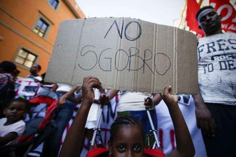 Milano, gli inquilini sgomberano gli abusivi prima dell'arrivo dei carabinieri